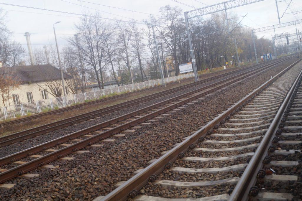 widok torów kolejowych