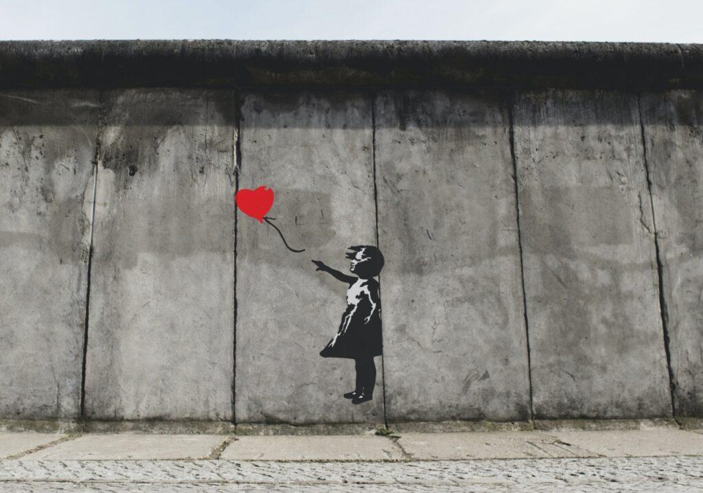 akceptacja siebie - dziewczynka z balonikiem